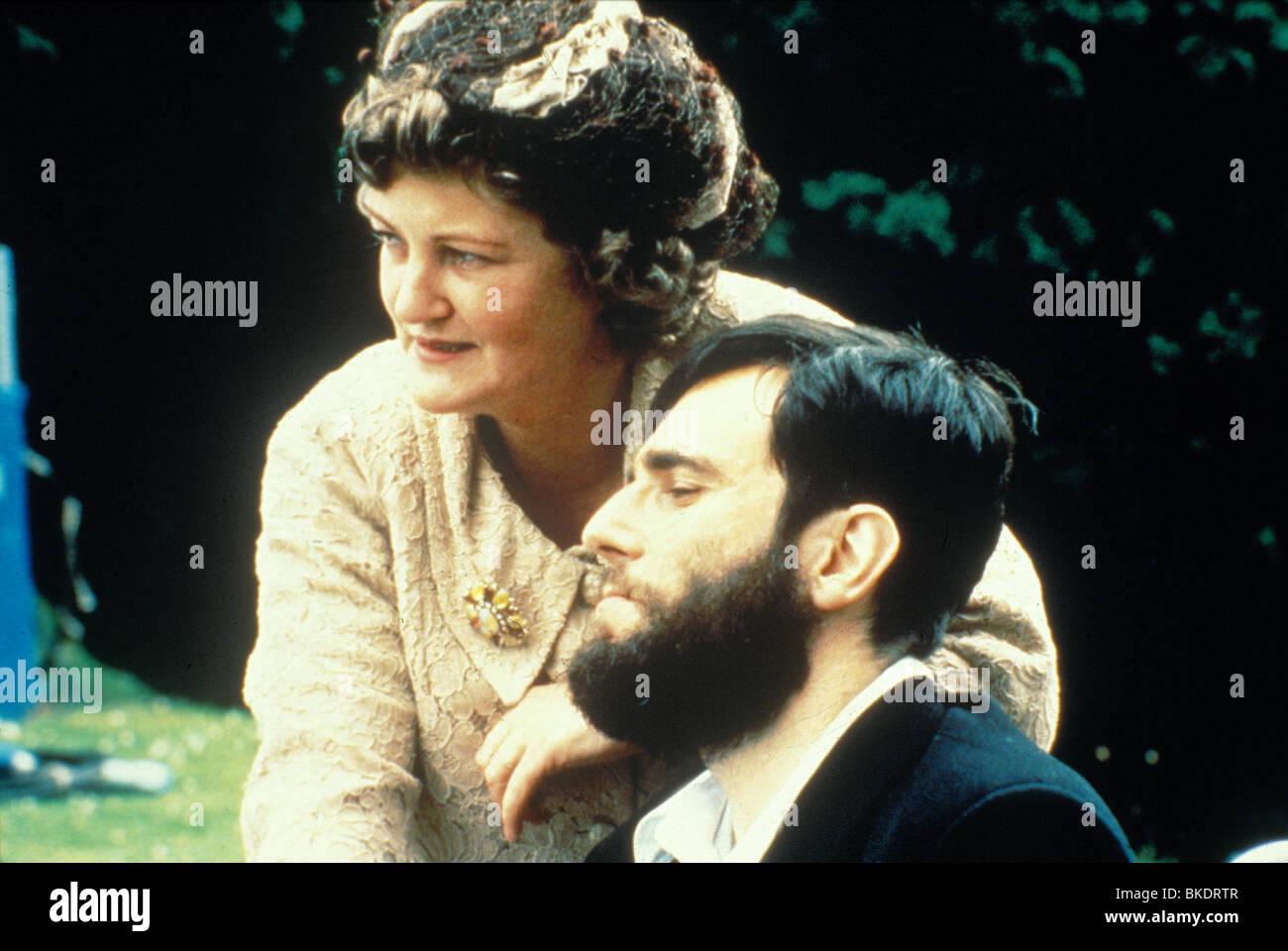 MY LEFT FOOT (1989) BRENDA FRICKER, DANIEL DAY-LEWIS MLF 044 - Stock Image