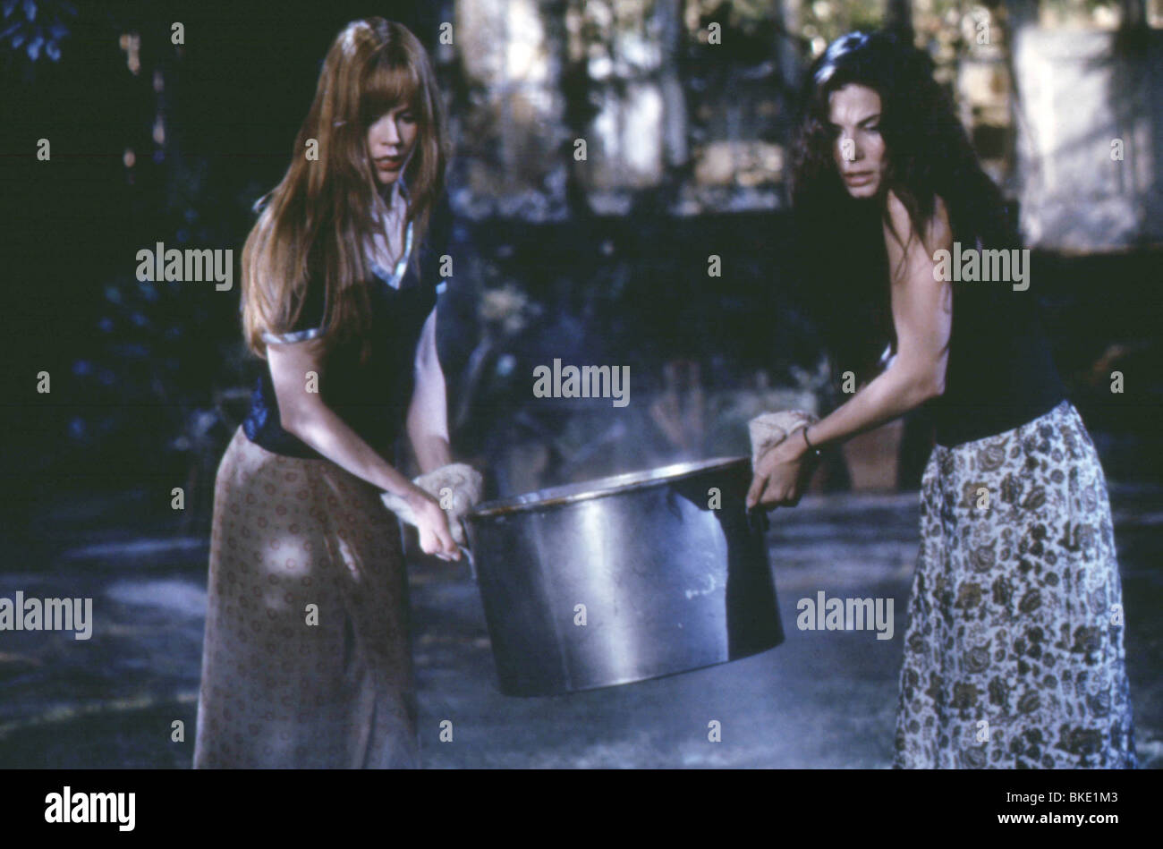 PRACTICAL MAGIC (1999) NICOLE KIDMAN, SANDRA BULLOCK PRMG 043 - Stock Image