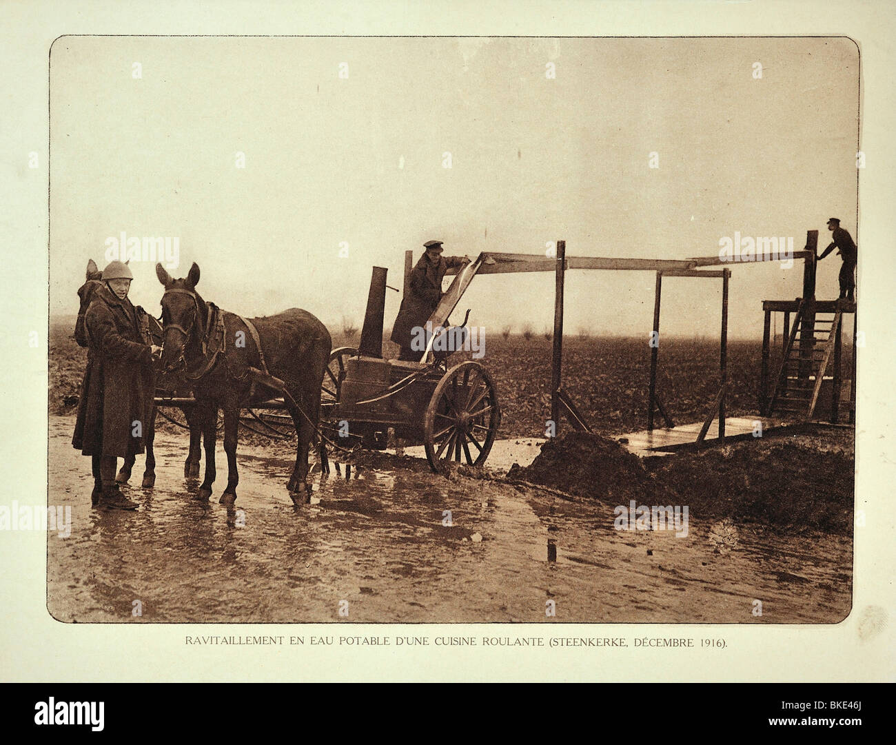 WWI soldiers at drinking water supply for the battlefield at Steenkerke in West Flanders during the First World - Stock Image