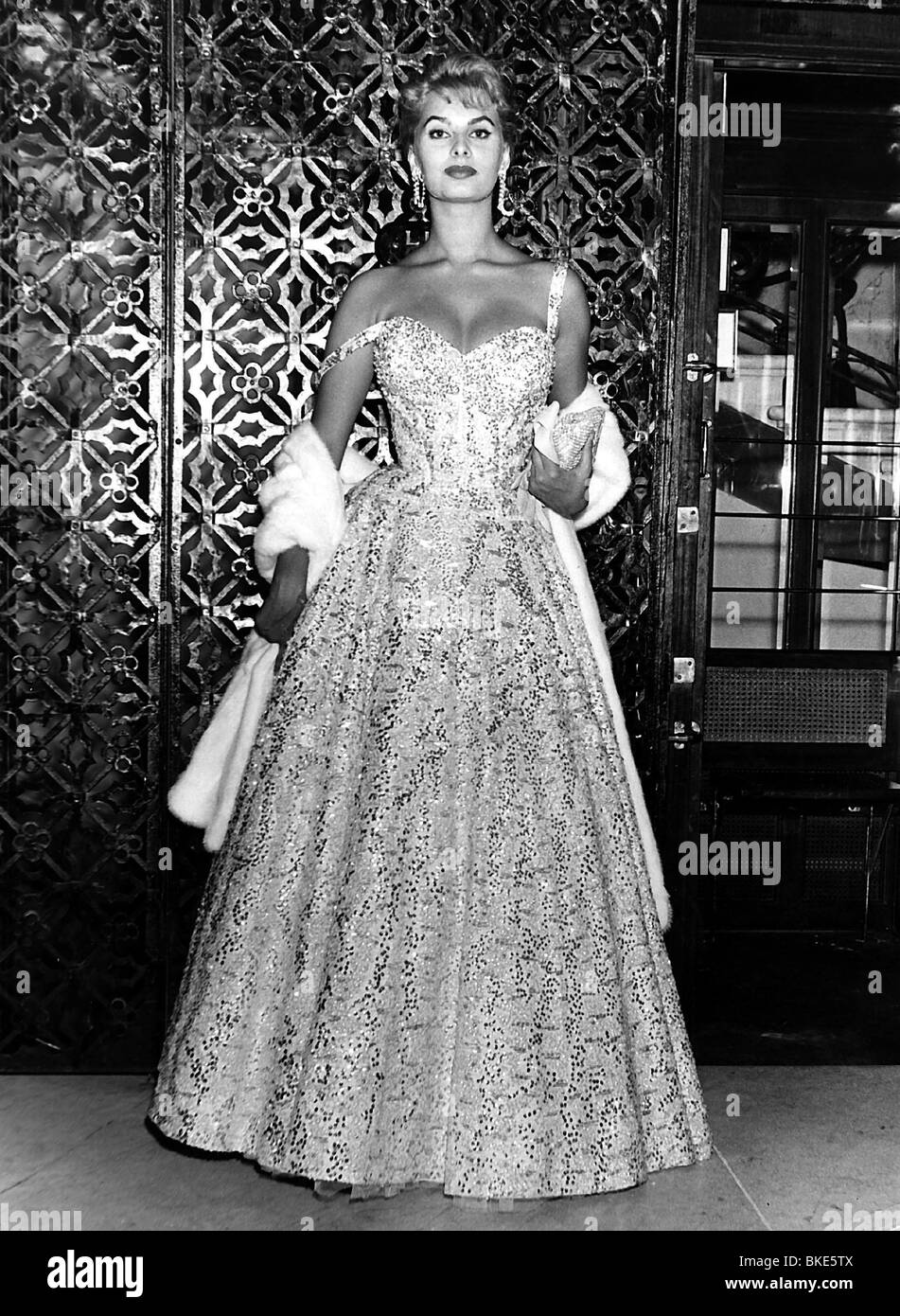 Loren, Sophia, * 20.9.1934, Italian actress, in evening gown, 1960s ...