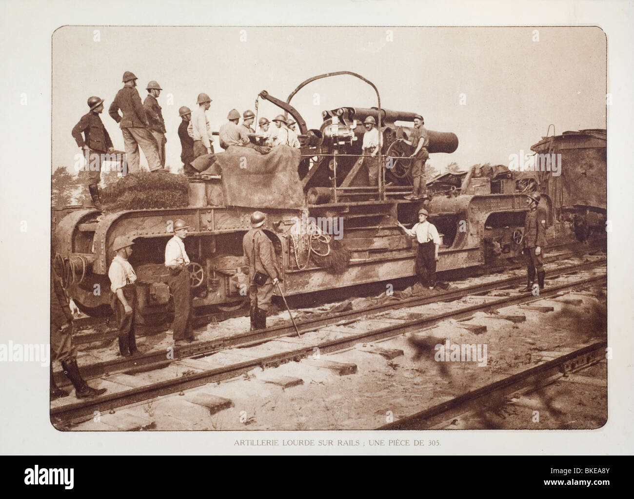 Belgian WWI artillery soldiers with railway gun / howitzer on rails in West Flanders during the First World War - Stock Image