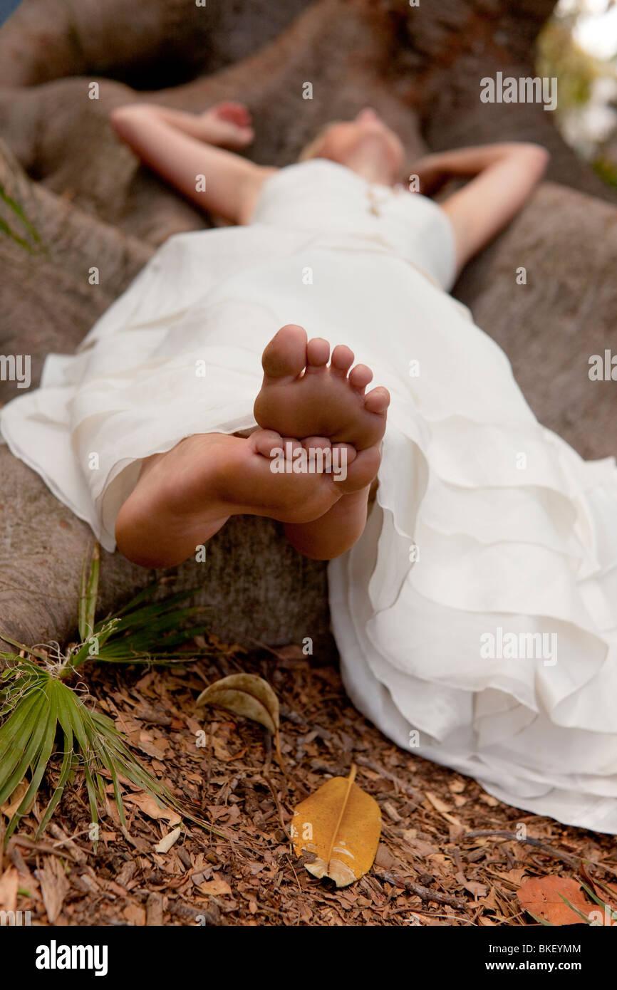 earthy green bride, barefoot - Stock Image