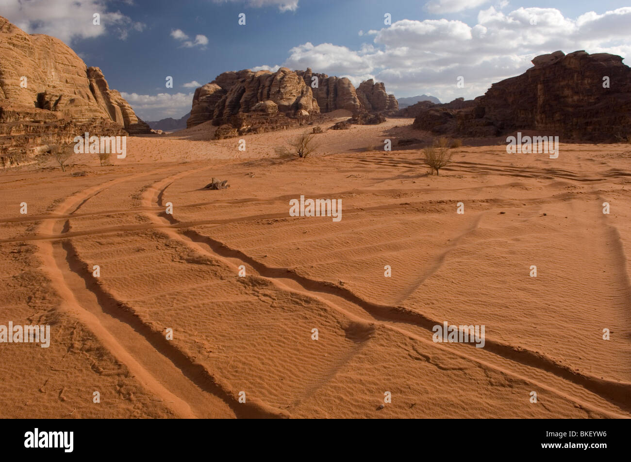Tyre tracks in the desert of Wadi Rum, Jordan - Stock Image