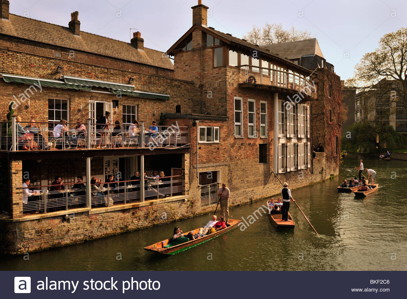 People in riverside Bar watching Punters on the River Cam, Cambridge - Stock Image