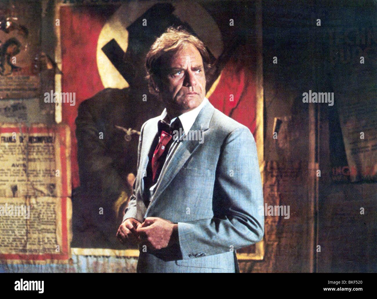 TWILIGHT ZONE: THE MOVIE (1983) VIC MORROW TWZO 006FOH - Stock Image