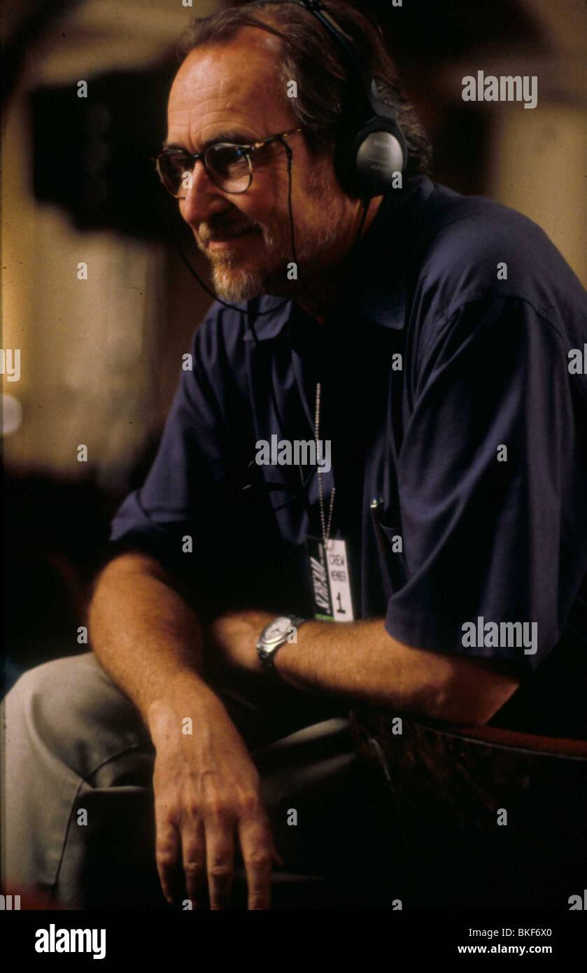 WES CRAVEN (DIR) ON SET SCREAM 2 (1997) CRAV 007 - Stock Image