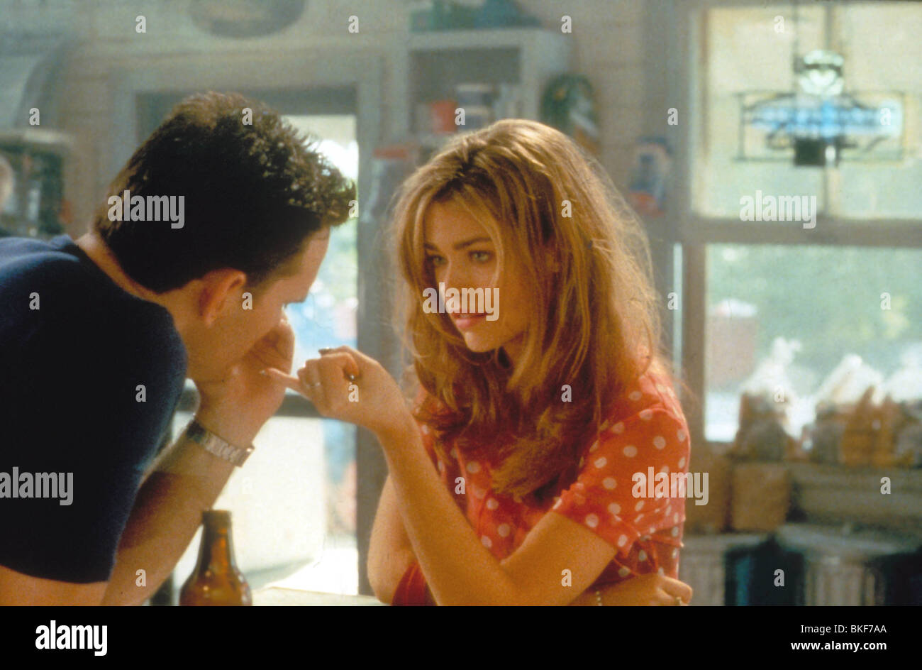 WILD THINGS (1998) MATT DILLON, DENISE RICHARDS WTGS 023 H - Stock Image