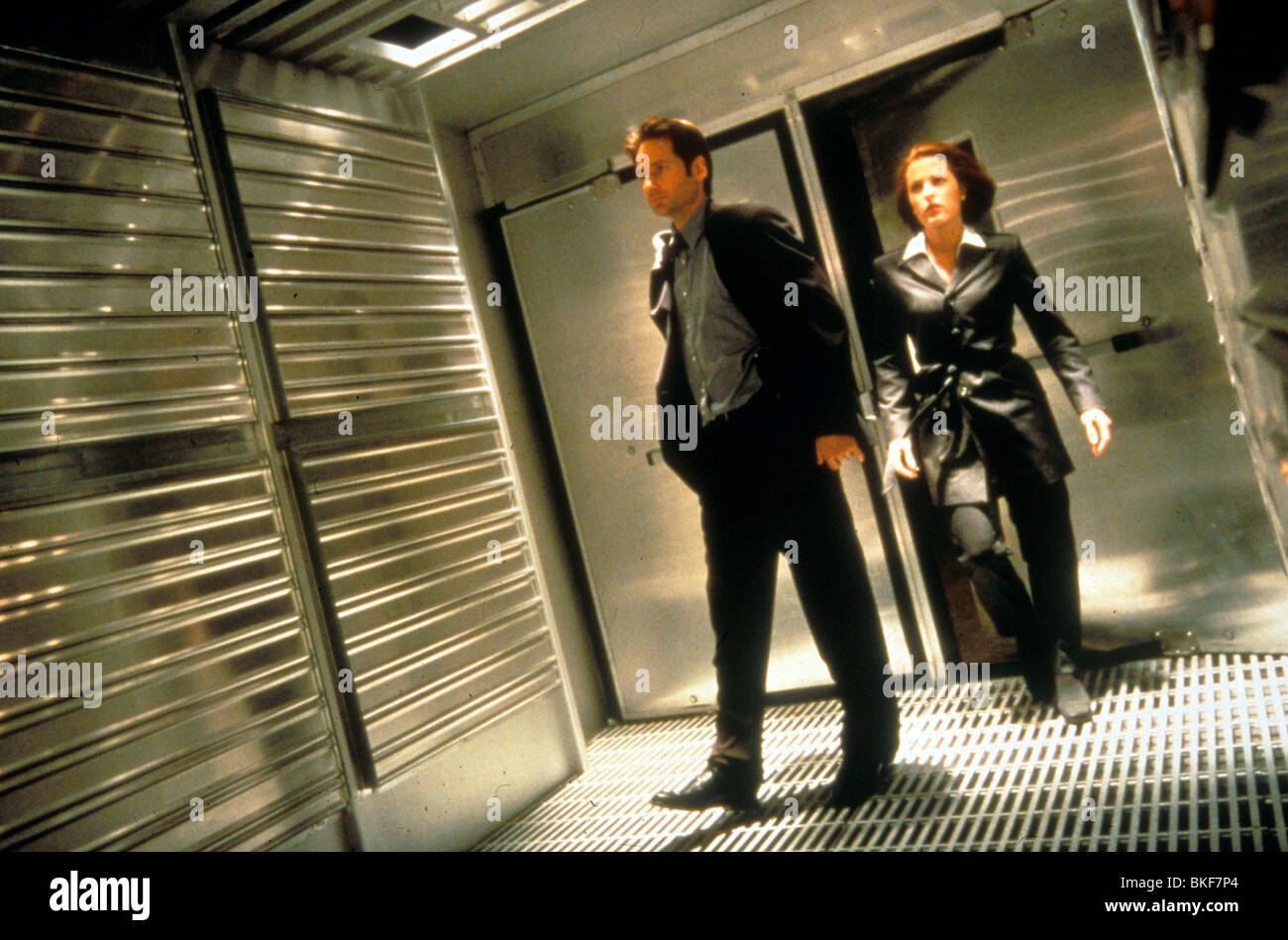 X-FILES: THE MOVIE (1998) DAVID DUCHOVNY, GILLIAN ANDERSON XFM 037 - Stock Image