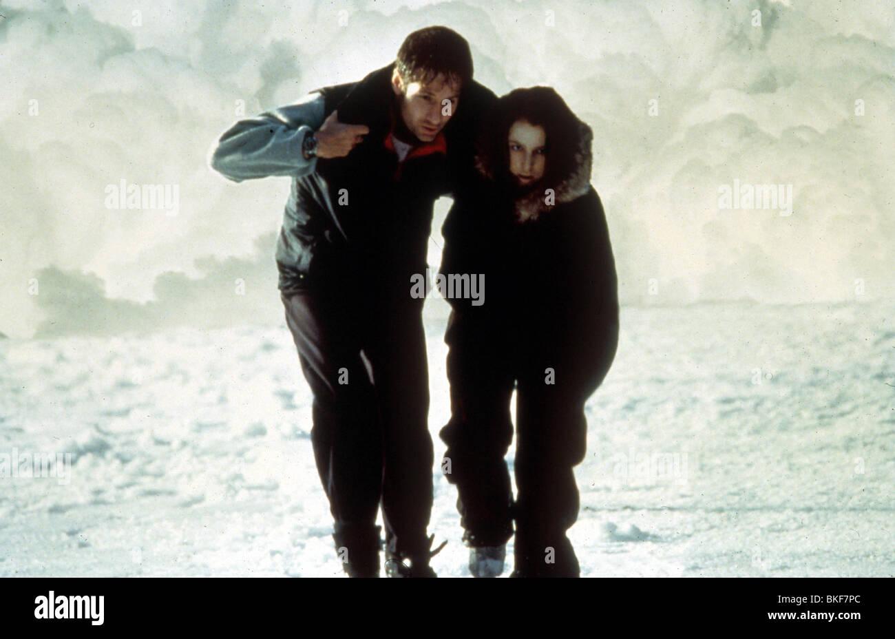 X-FILES: THE MOVIE (1998) DAVID DUCHOVNY, GILLIAN ANDERSON XFM 042 - Stock Image
