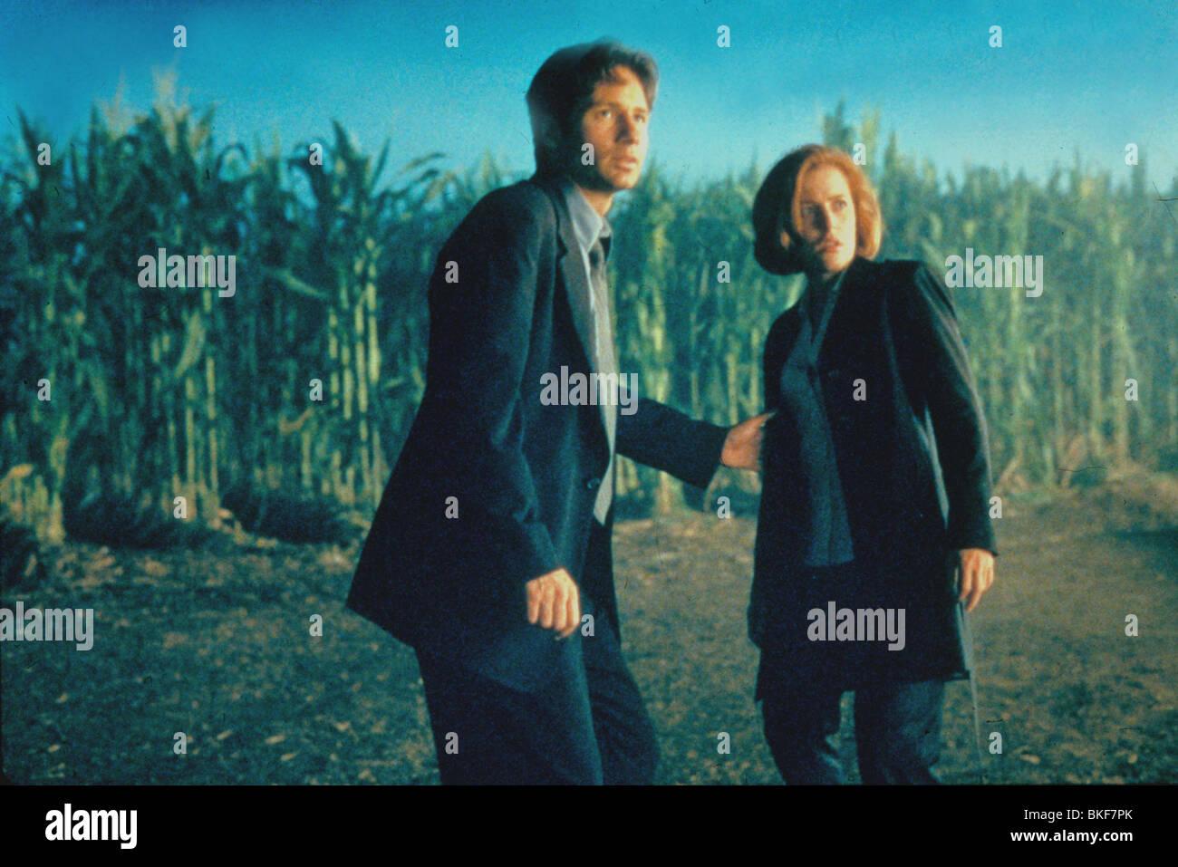 X-FILES: THE MOVIE (1998) DAVID DUCHOVNY, GILLIAN ANDERSON XFM 045 - Stock Image