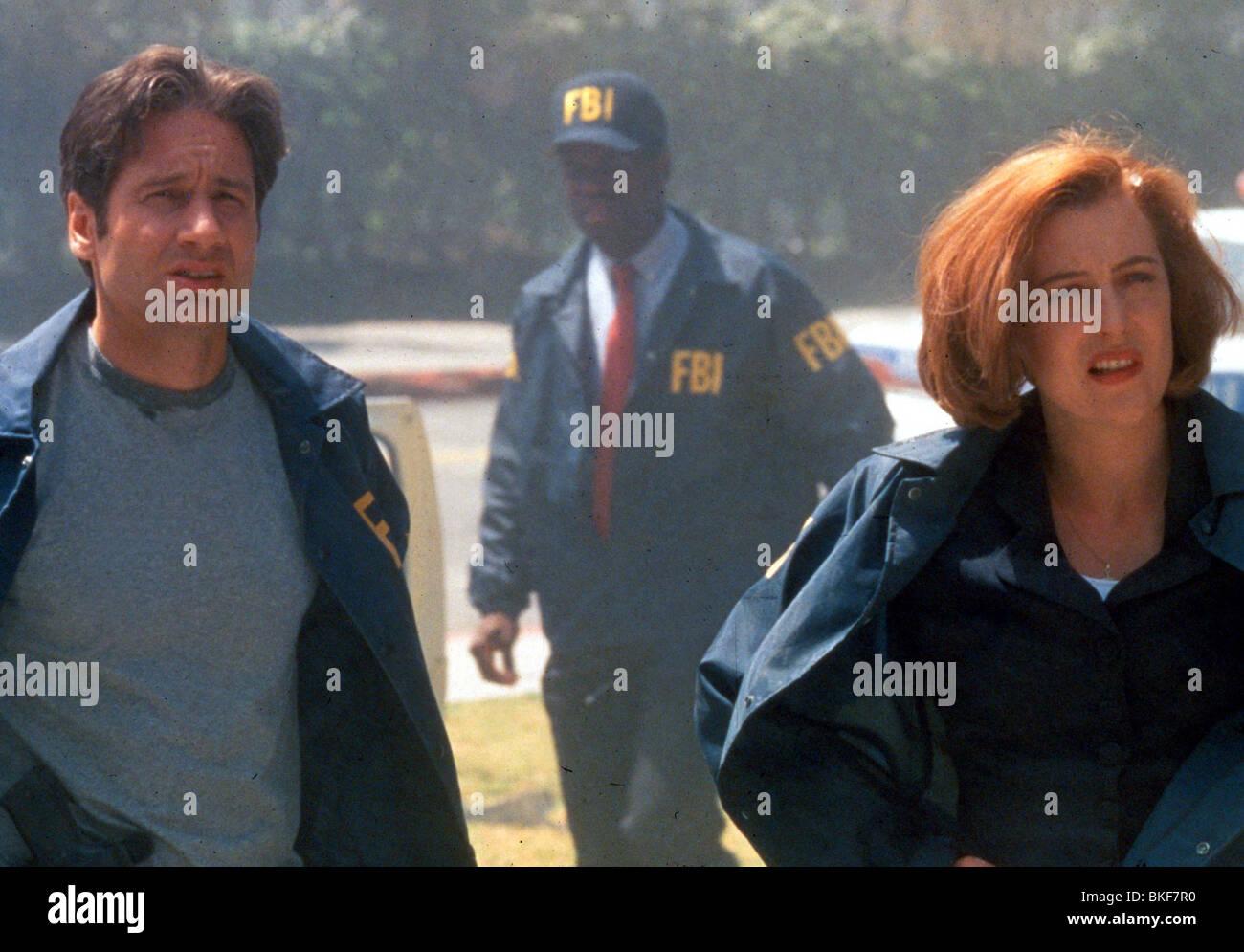 X-FILES: THE MOVIE (1998) DAVID DUCHOVNY, GILLIAN ANDERSON XFM 075 N - Stock Image