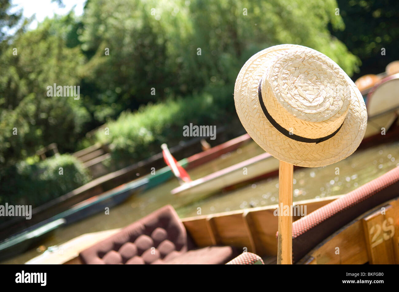 Straw boater rests on Oxford punt - Stock Image