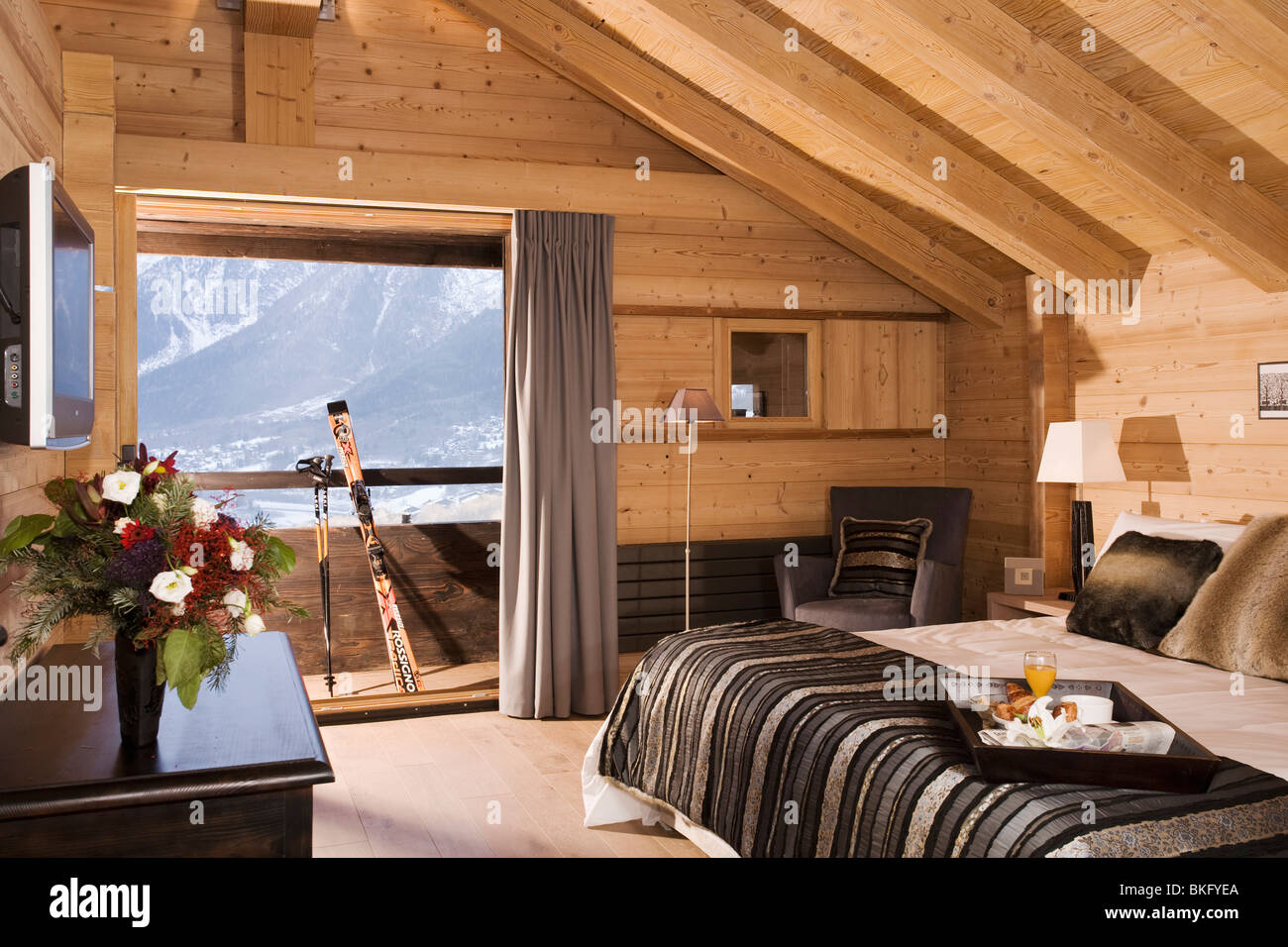 Black bed cover on bed in modern bedroom in alpine chalet - Camere da letto di montagna ...