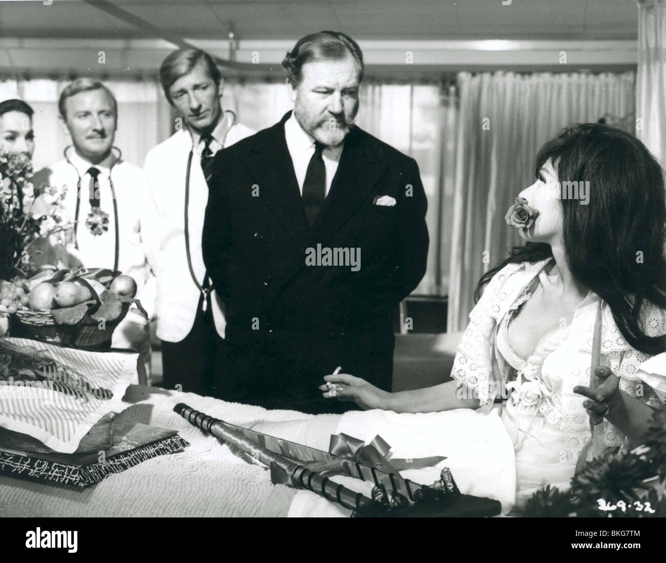 DOCTOR IN CLOVER (1966) LESLIE PHILLIPS, JEREMY LLOYD, JAMES ROBERTSON JUSTICE, FENELLA FIELDING DIC 005P - Stock Image