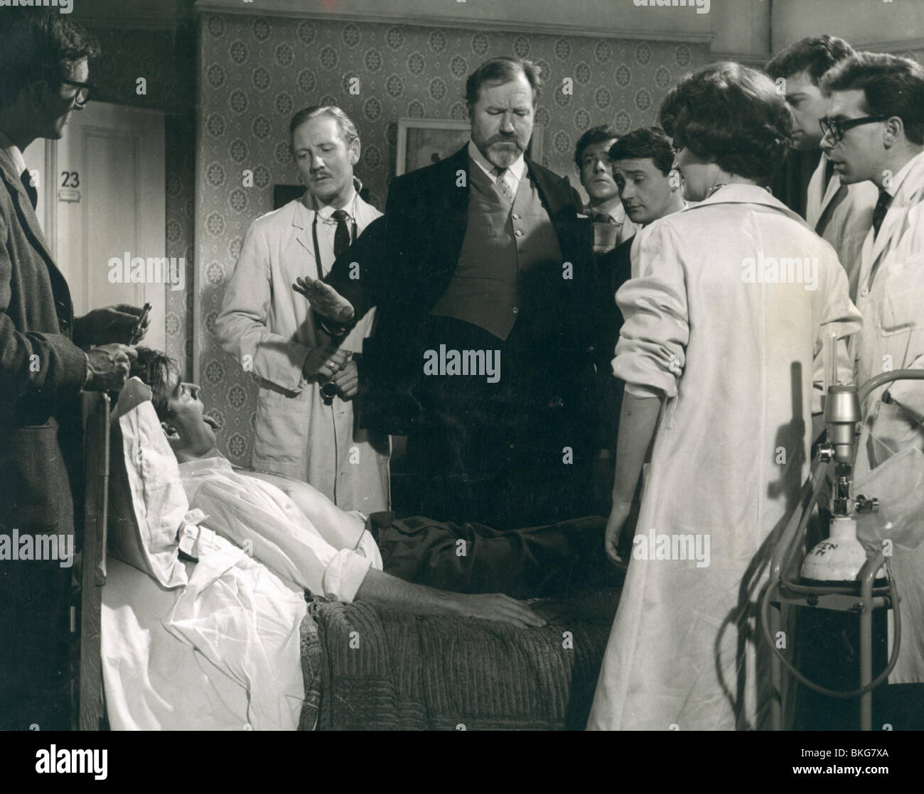 DOCTOR IN LOVE (1960) LESLIE PHILLIPS, JAMES ROBERTSON JUSTICE DIL 003P - Stock Image