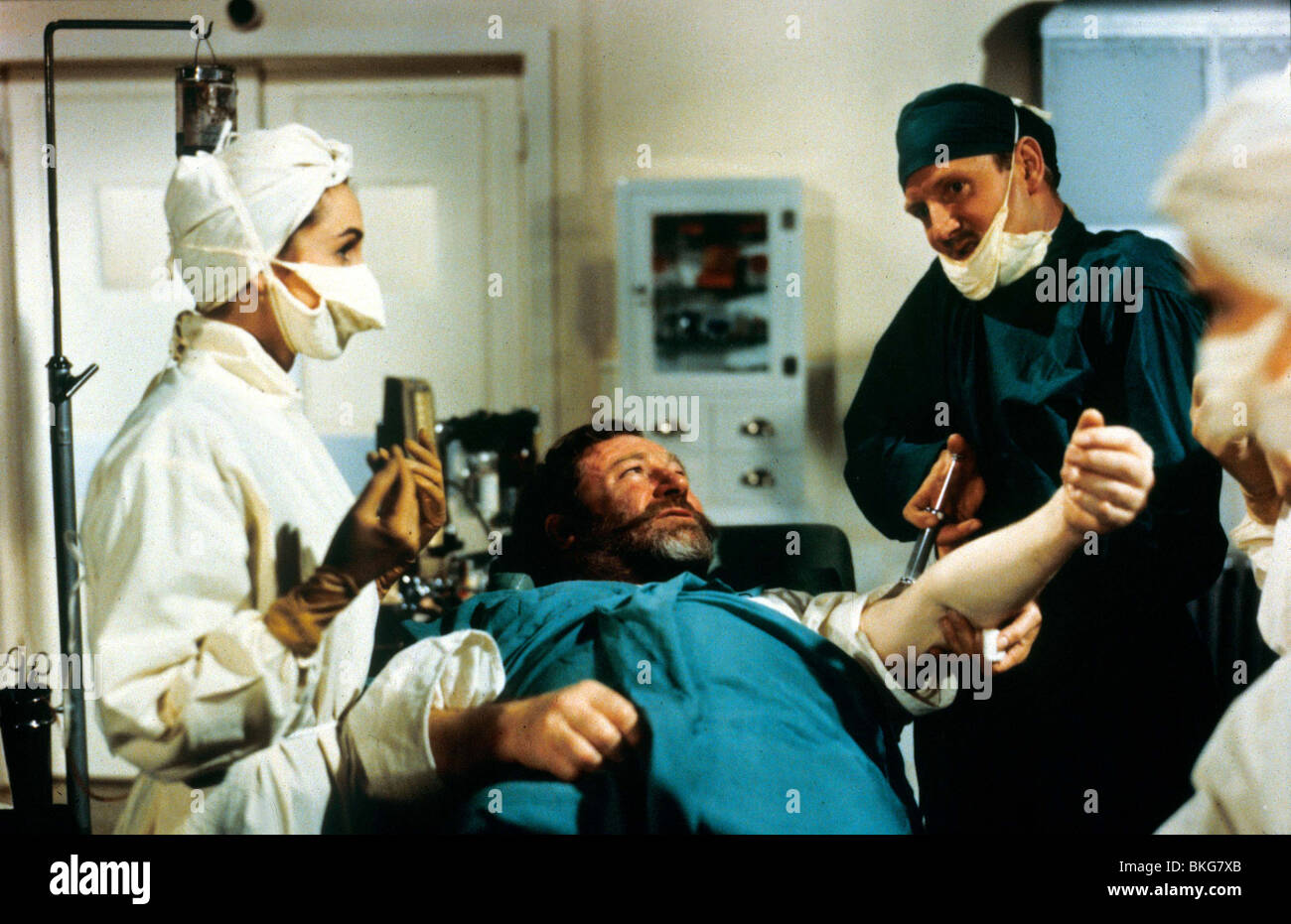 DOCTOR IN LOVE (1960) JAMES ROBERTSON JUSTICE, LESLIE PHILLIPS DIL 004 - Stock Image
