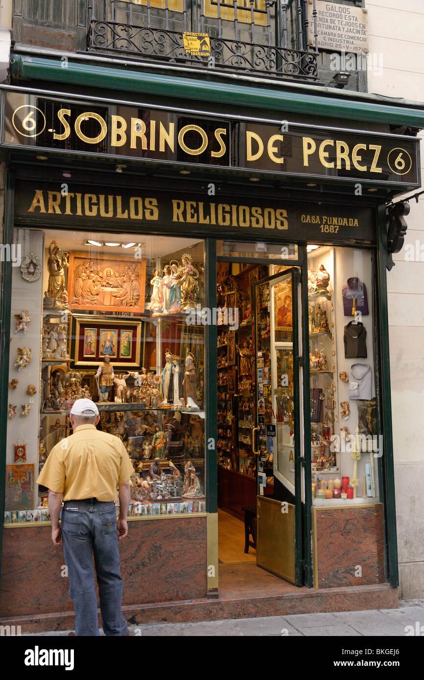 Shop for devotional objects near Plaza Mayor, Madrid, Spain - Stock Image