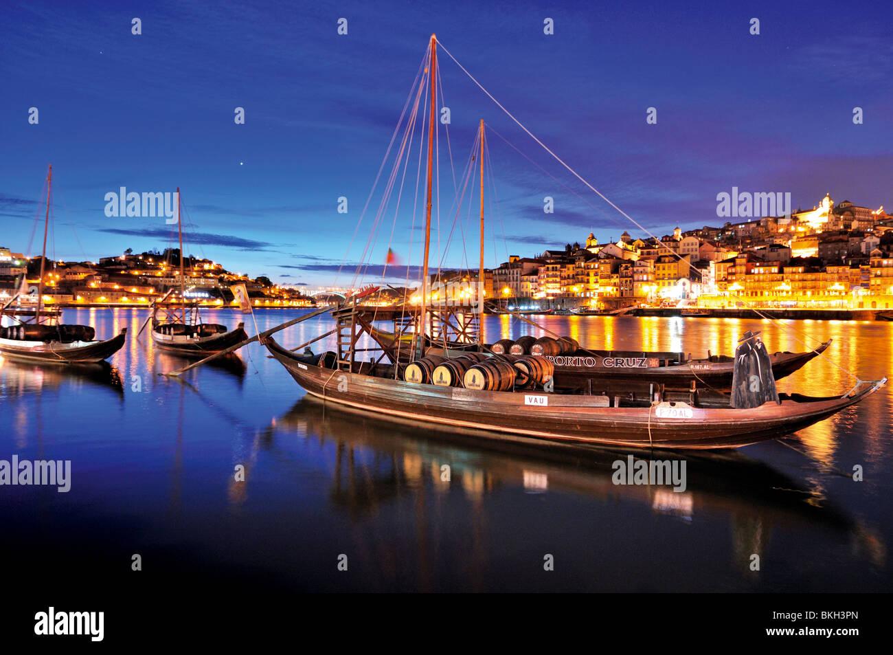 Portugal, Porto: Night view of the port wine ships at Vila Nova de Gaia at river Douro - Stock Image