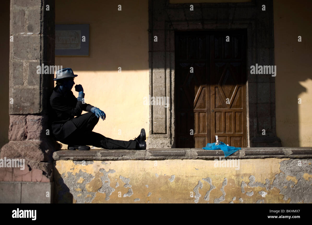 An street artist perfoms in the main square of the colonial town of Coyoacan, Mexico City, Feb. 24, 2008. - Stock Image