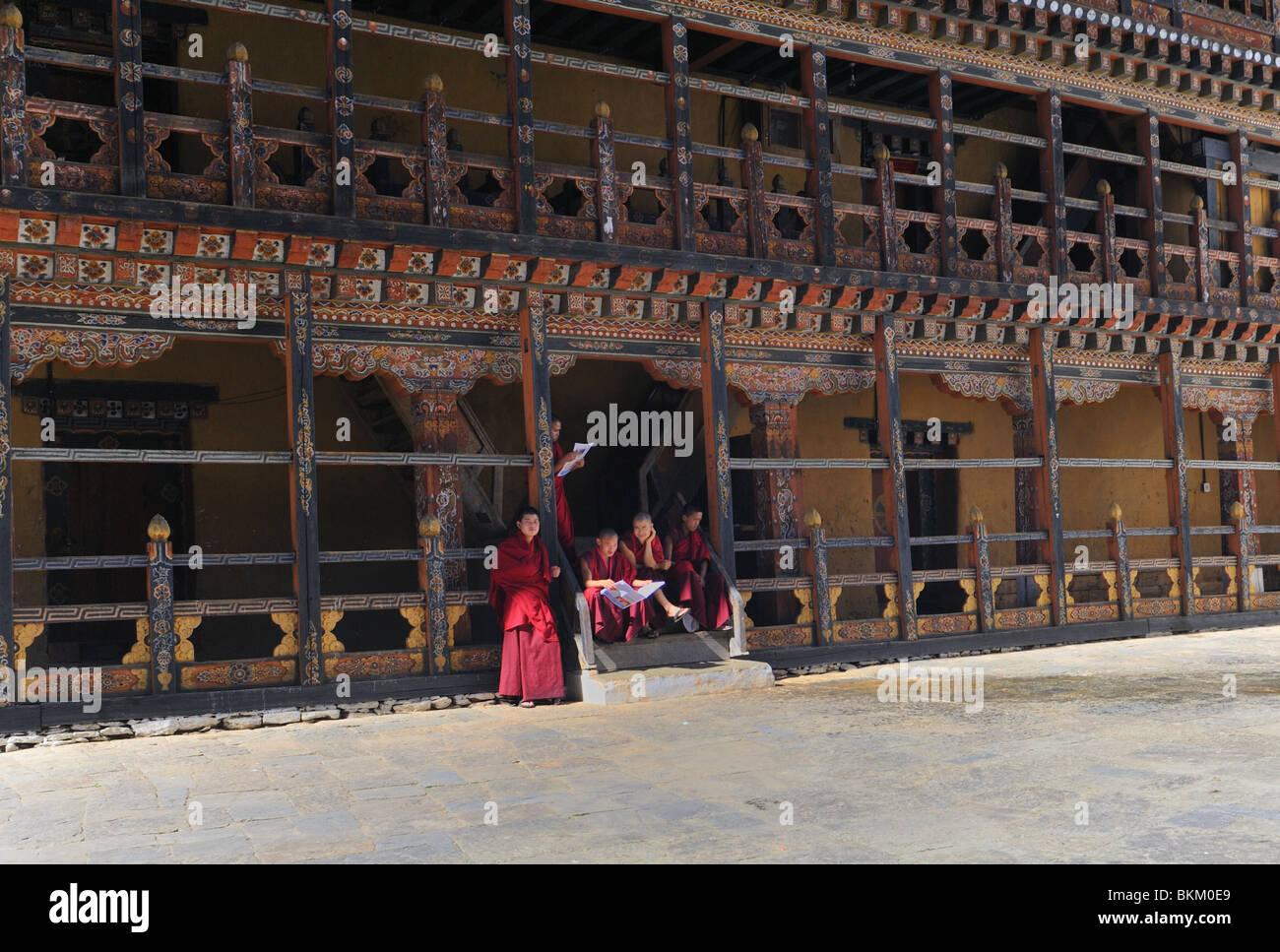 Young buddhist monks relaxing,Trongsa Dzong Bhutan - Stock Image