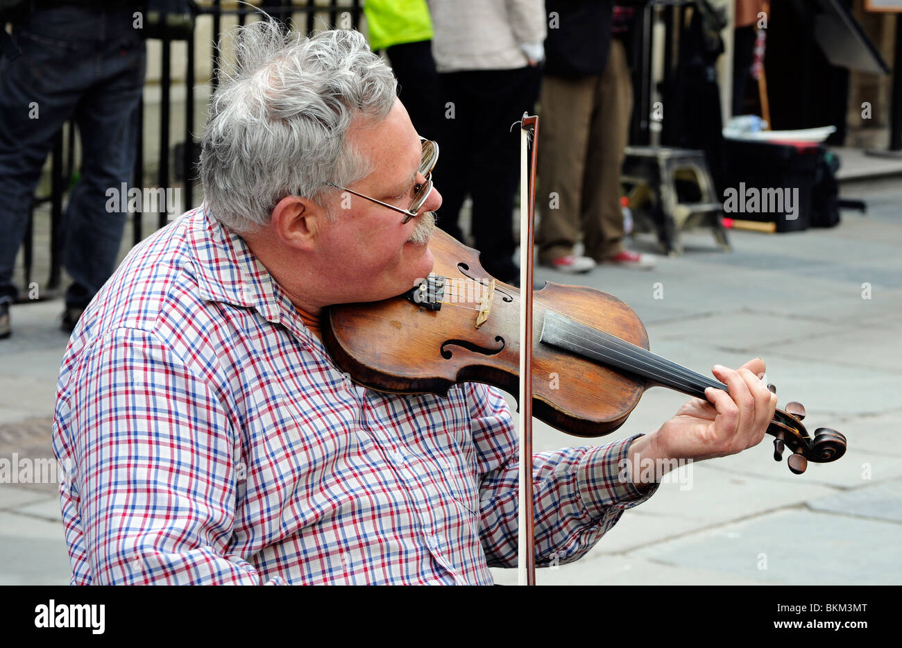 a busker playing the violin in bath, england, uk - Stock Image