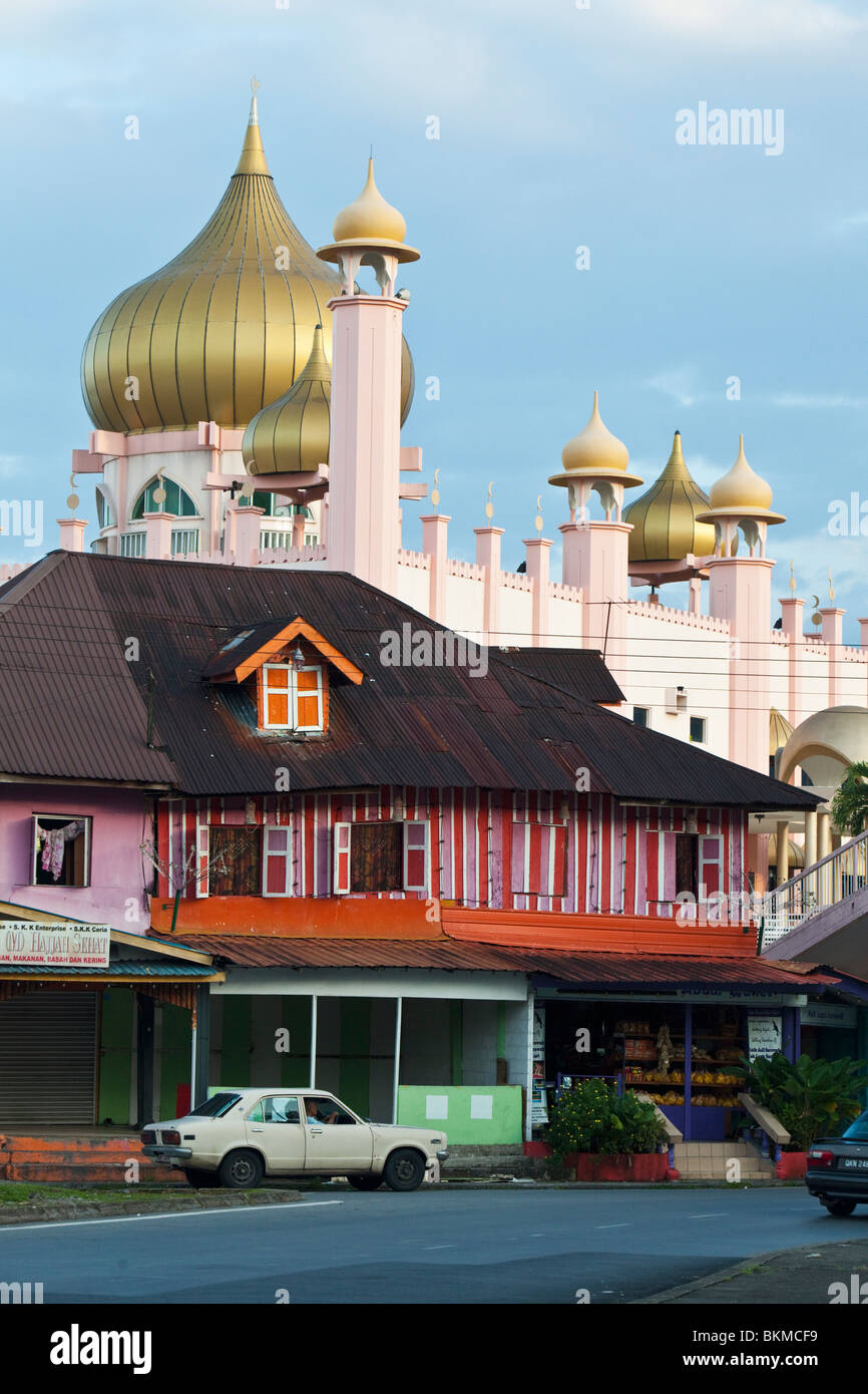 Traditional Malay shophouse with the Kuching Mosque (former Sarawak State Mosque) behind. Kuching, Sarawak, Borneo, - Stock Image