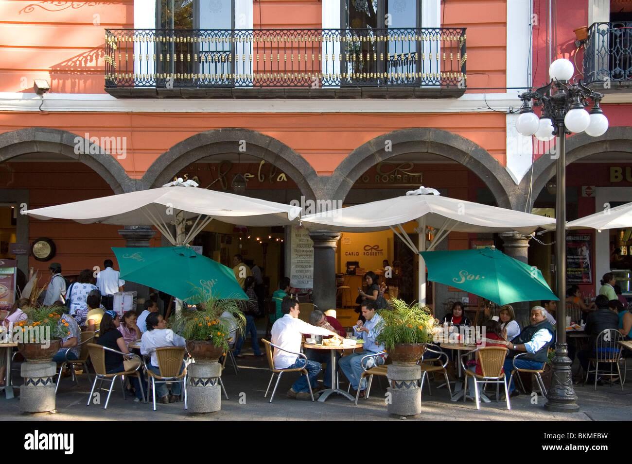 Sidewalk cafe in the city of Puebla, Puebla, Mexico. - Stock Image