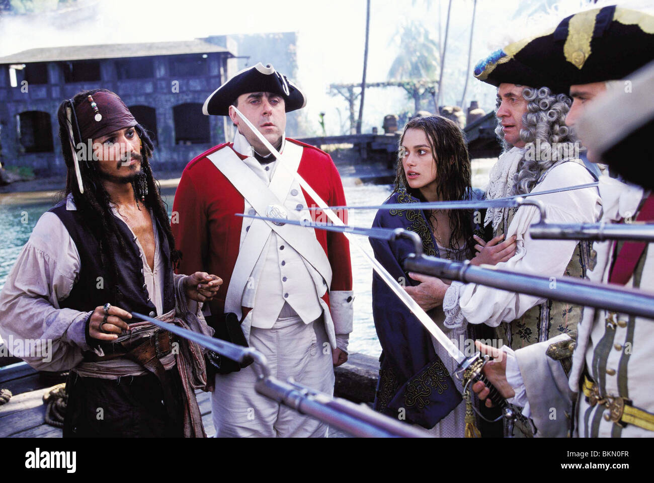 PIRATES OF THE CARIBBEAN: THE CURSE OF THE BLACK PEARL (2003) JOHNNY DEPP, KEIRA KNIGHTLEY, JONATHAN PRYCE, JACK - Stock Image