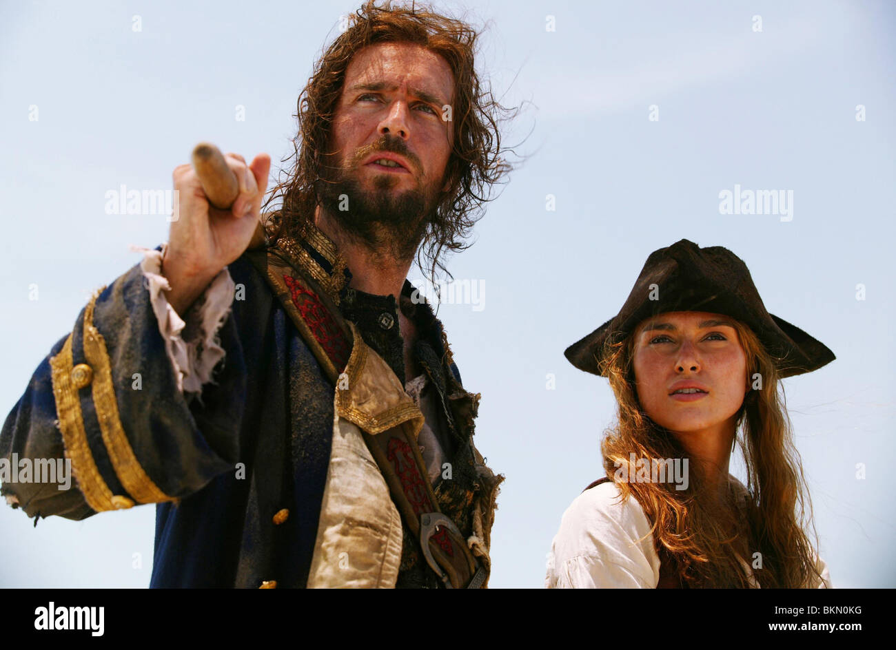 PIRATES OF THE CARIBBEAN: DEAD MAN'S CHEST (2006) JACK DAVENPORT, KEIRA KNIGHTLEY CREDIT DISNEY PDMC 001-22 - Stock Image