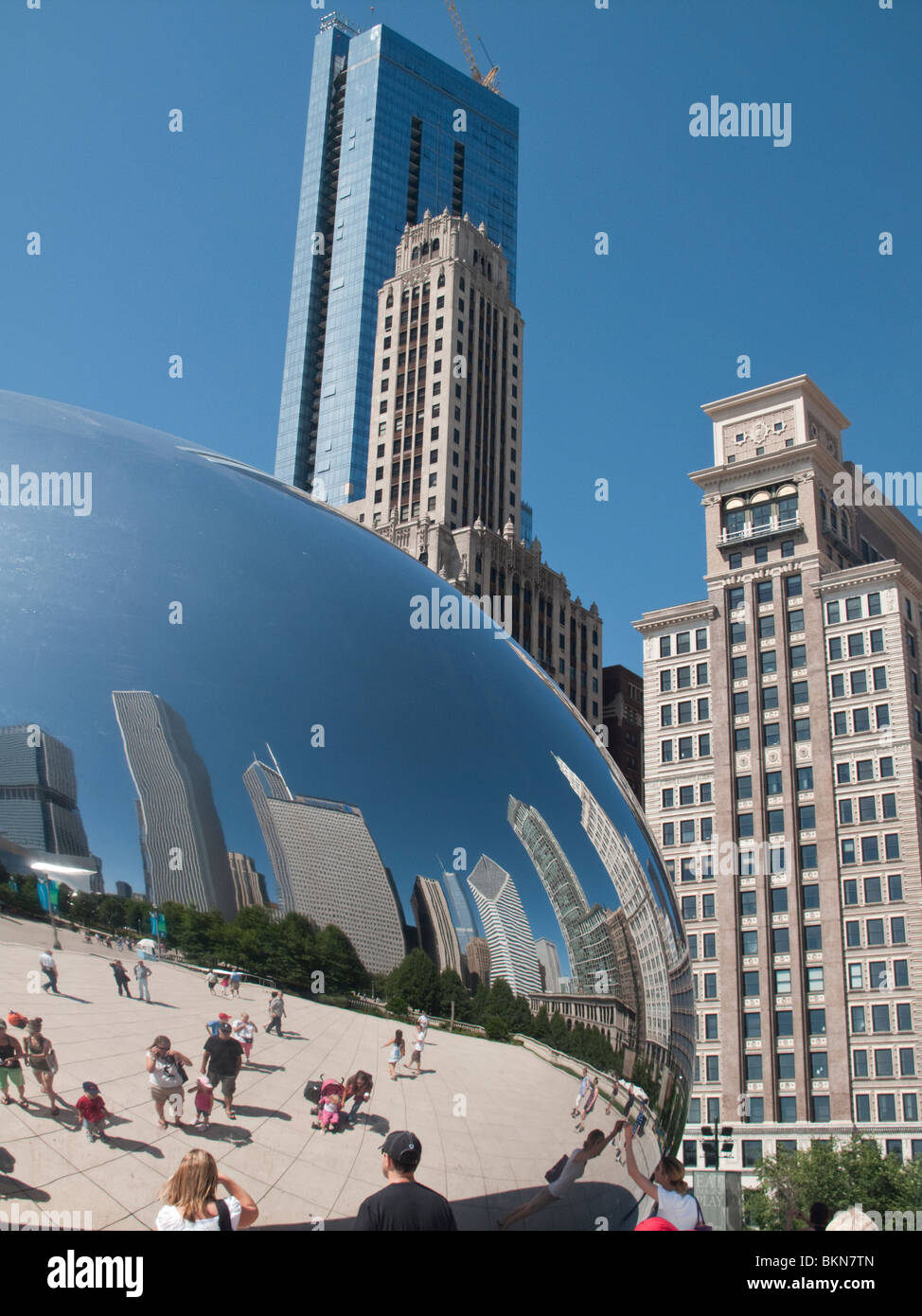 Anish Kapoor's Cloud Gate sculpture on AT&T Plaza in Millennium Park, Chicago - Stock Image