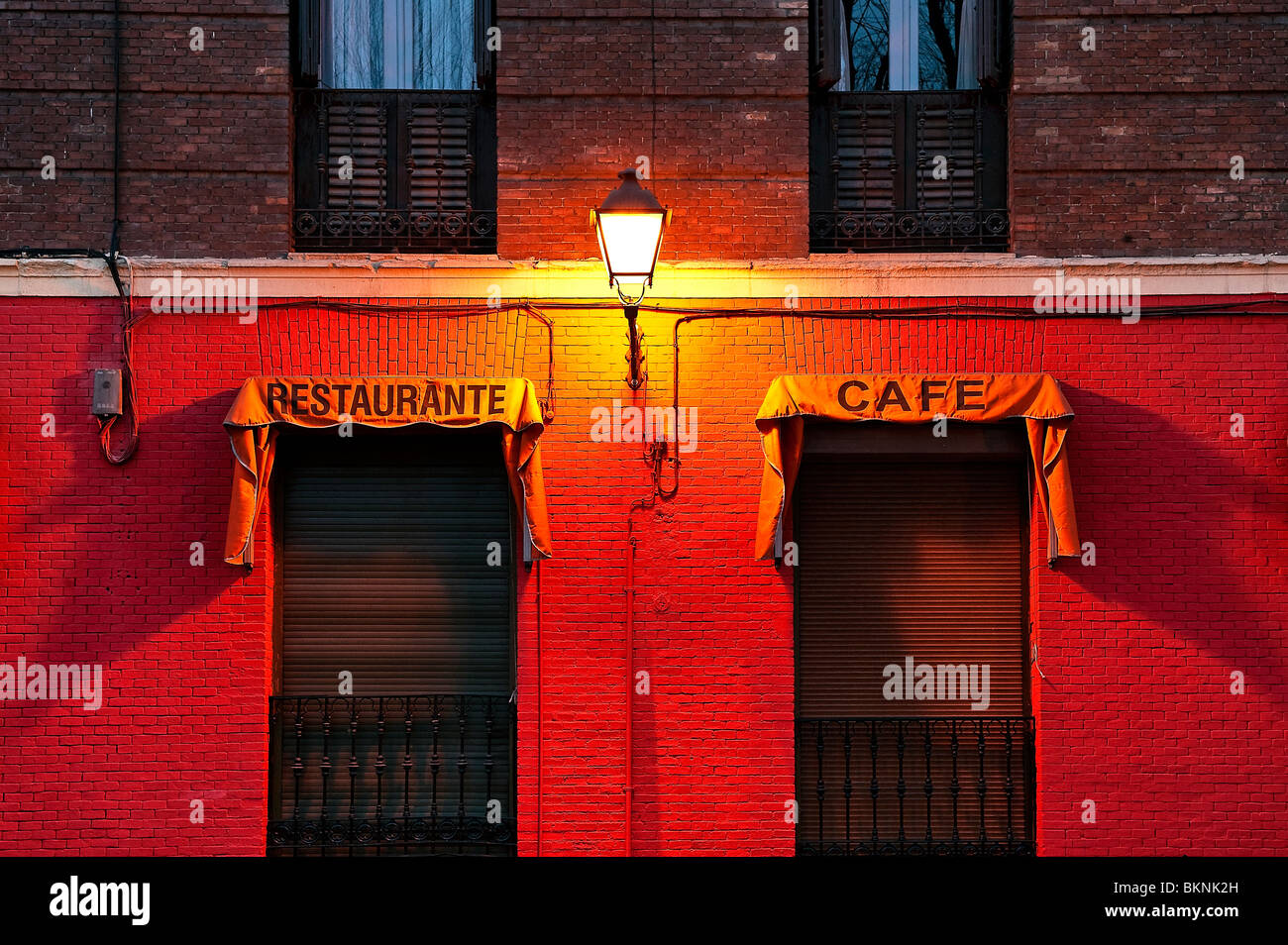 Street lamp and restaurant, Madrid, Spain - Stock Image