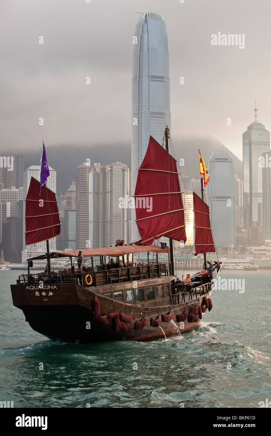 A traditional Chinese junk sailing in Hong Kong Harbour - Stock Image