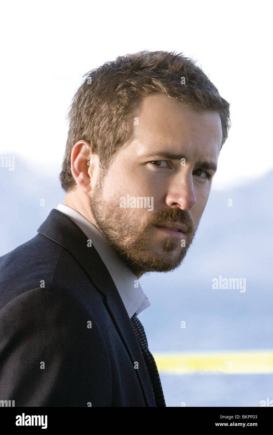 SMOKIN' ACES (2006) RYAN REYNOLDS ACES 001-01 Stock Photo