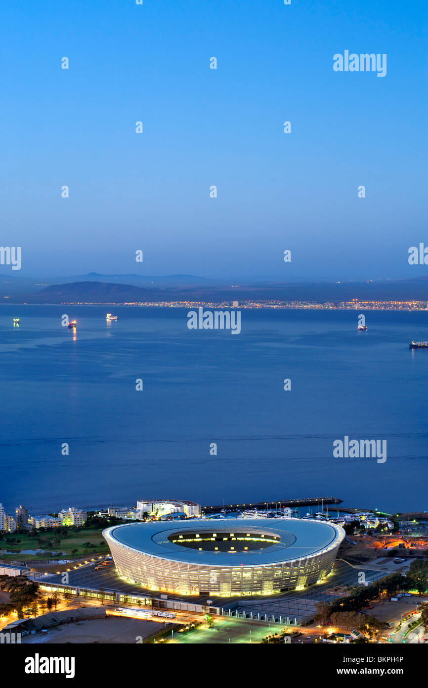 Dusk view of the new FIFA 2010 stadium in Green Point, Cape Town with Table Bay in the background. - Stock Image
