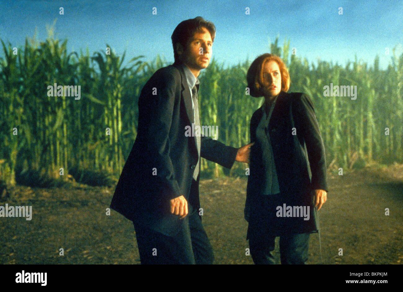 X-FILES: THE MOVIE (1998) DAVID DUCHOVNY, GILLIAN ANDERSON XFM 056 - Stock Image