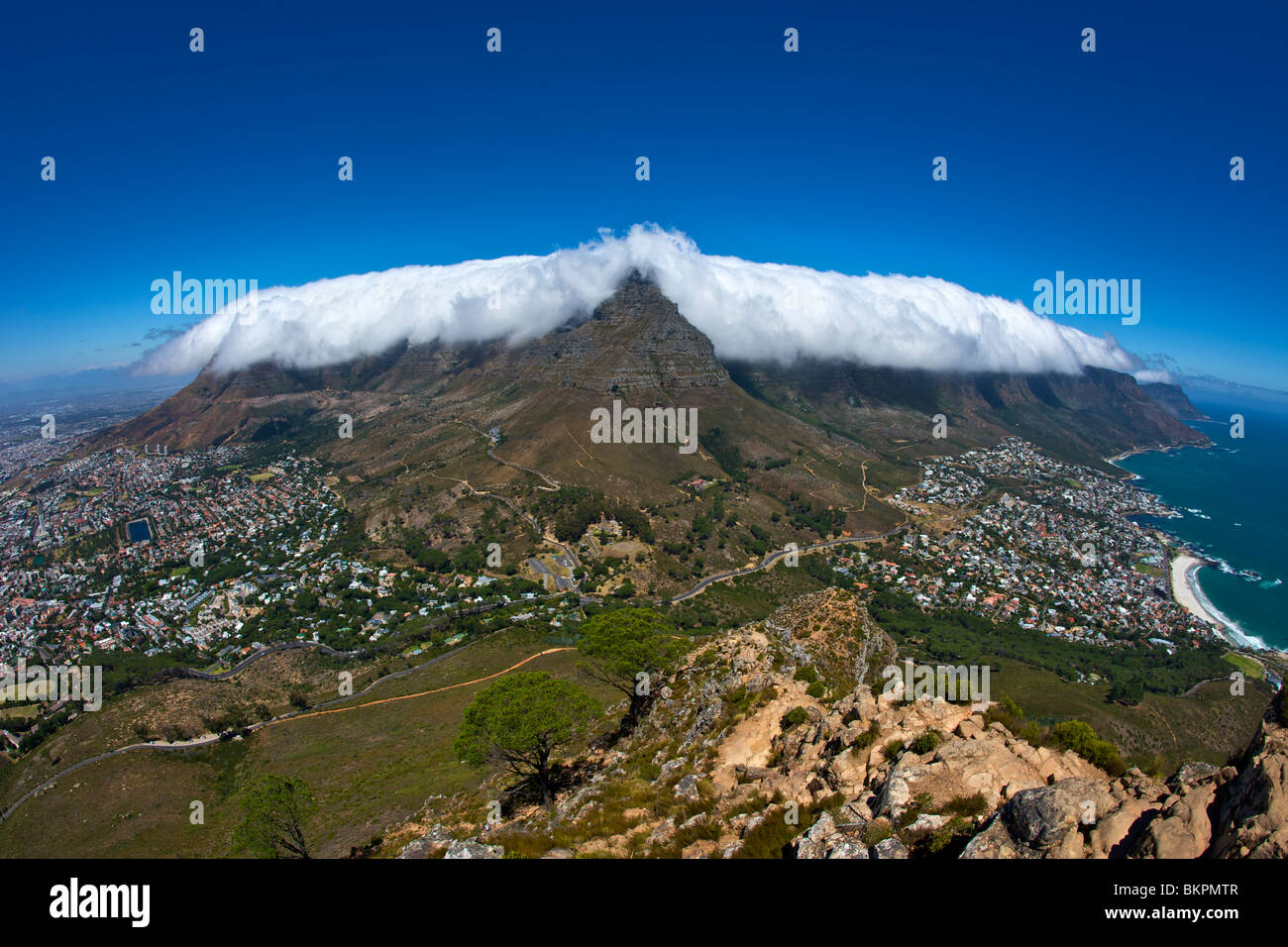 The 'table cloth' cloud effect over Table Mountain in Cape Town, South Africa. - Stock Image