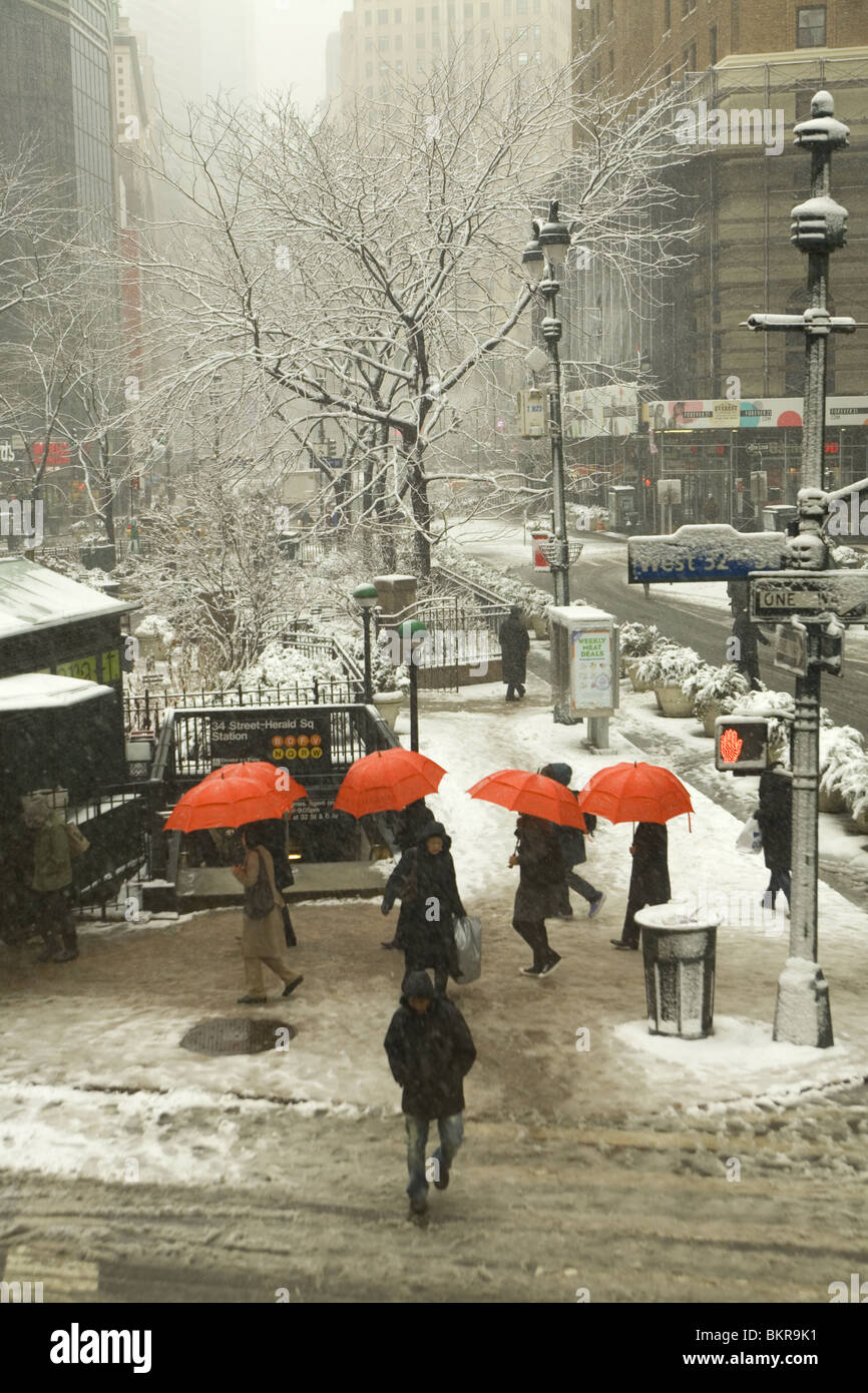Snowy morning, 32nd St. and Broadway at the south end of Greeley Square, Manhattan. - Stock Image