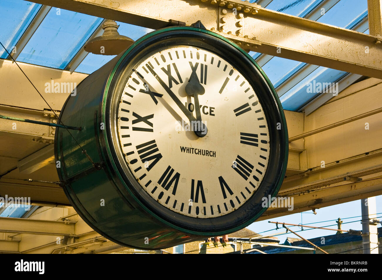 Clock at the railway station at Carnforth, Lancashire, England. The platforms and  clock featureed in the film 'Brief - Stock Image