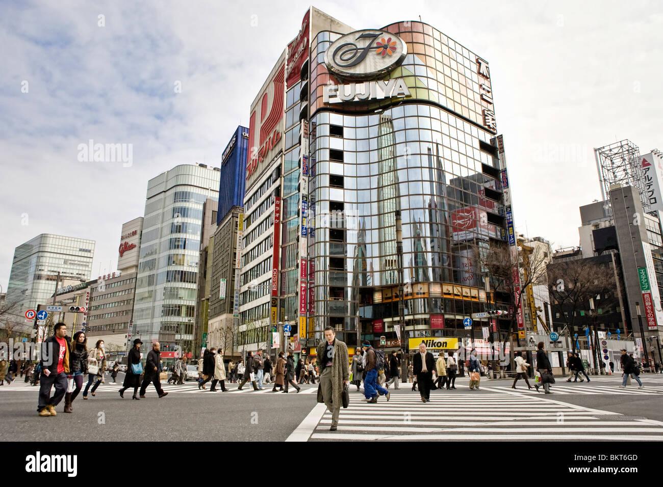 Busy street scene in Tokyo, Japan - Stock Image