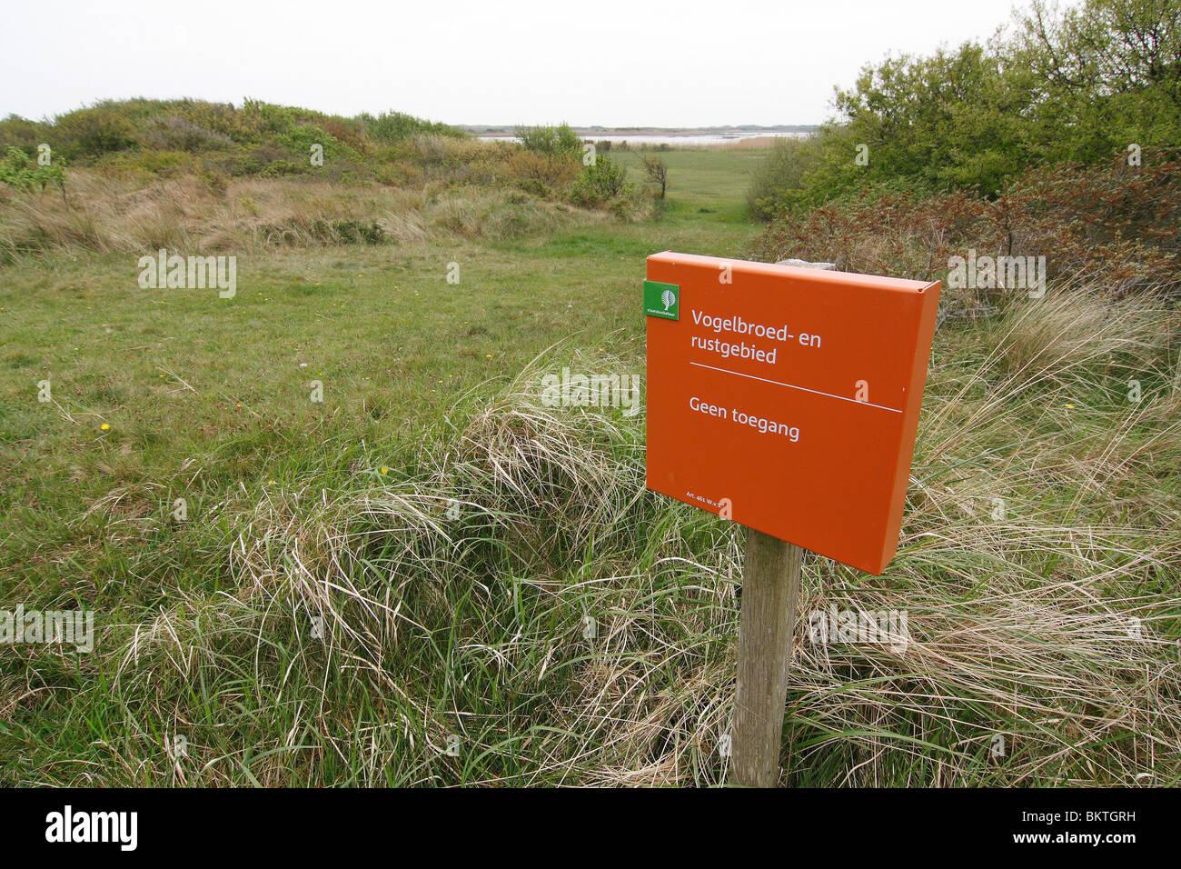 Bord van Staatsbosbeheer met tekst vogelbroedgebied en rustgebied, geen toegang - Stock Image
