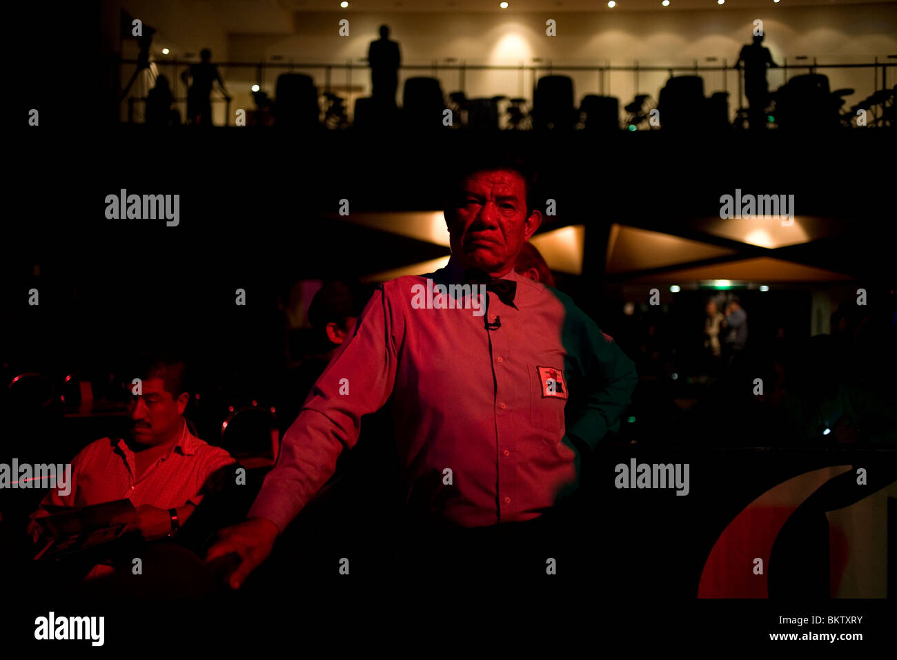 A boxing referee waits for the boxers before a bout Mexico City, September 30, 2009. - Stock Image