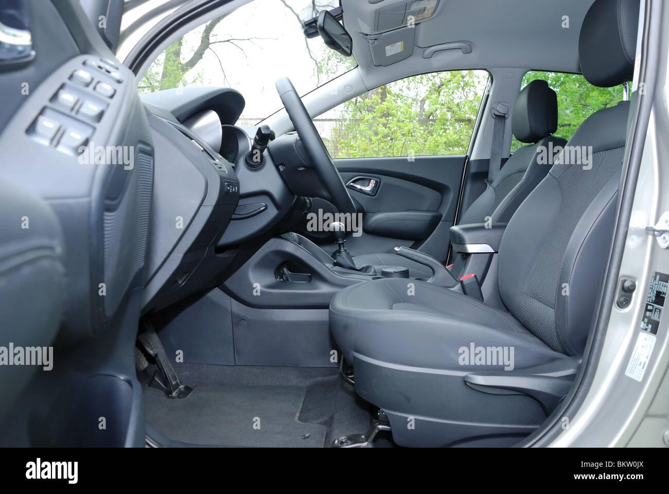 https://c8.alamy.com/comp/BKW0JX/hyundai-ix35-20-crdi-4x4-2010-korean-compact-suv-interior-cabin-BKW0JX.jpg