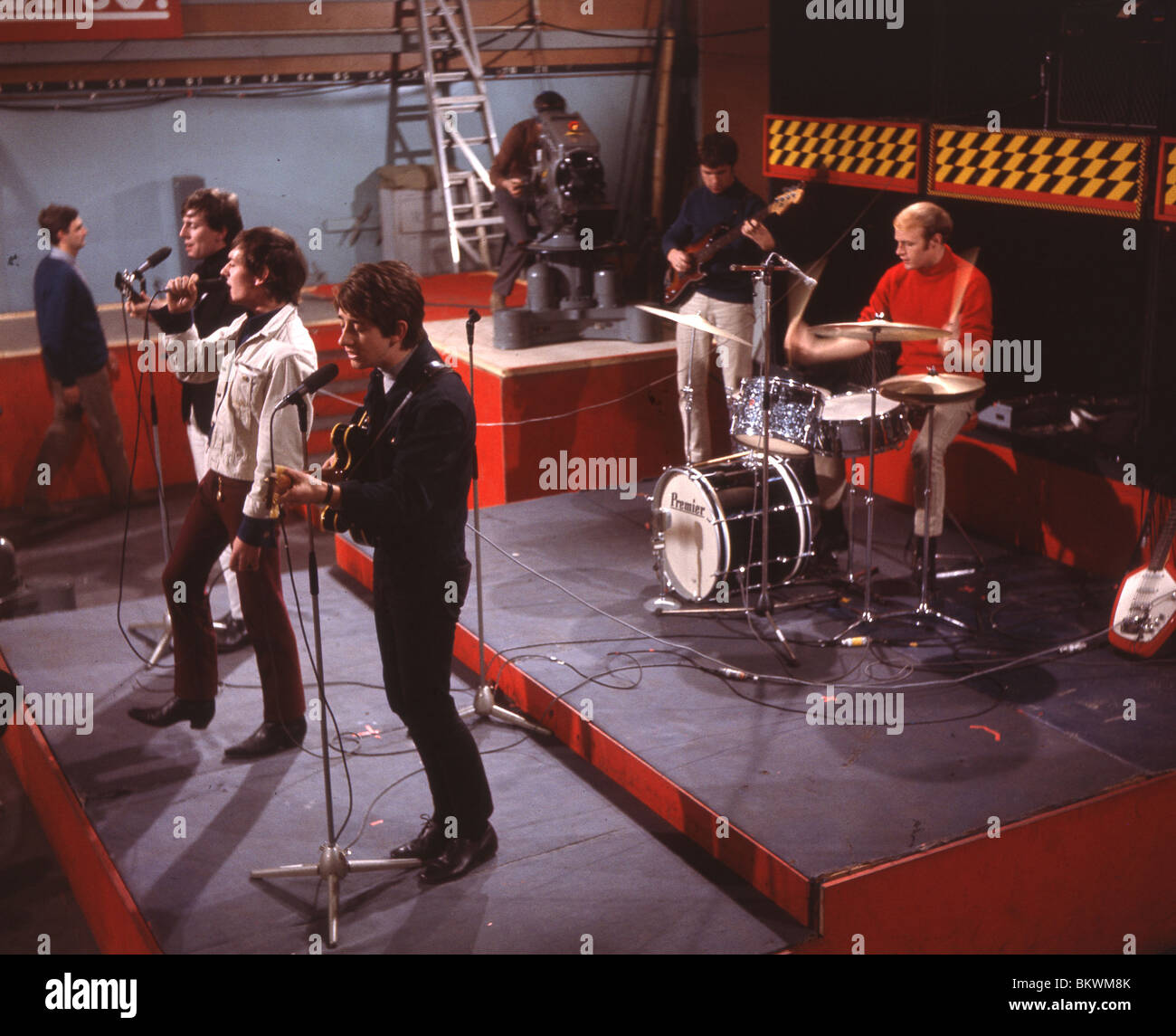 https://c8.alamy.com/comp/BKWM8K/hollies-on-readysteadygo-in-1964-for-line-up-names-see-description-BKWM8K.jpg