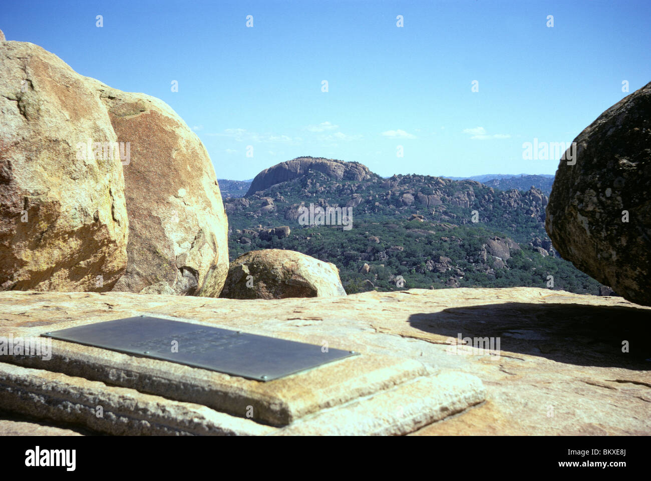The grave of Cecil Rhodes at World's View, amidst the granite landscape of the Matopos Hills, Zimbabwe - Stock Image