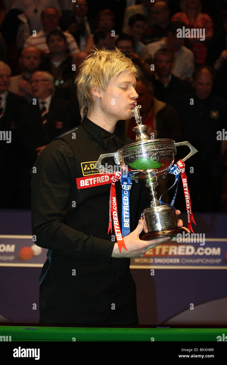 NEIL ROBERTSON WORLD SNOOKER CHAMPION THE CRUCIBLE SHEFFIELD ENGLAND 03 May 2010 Stock Photo