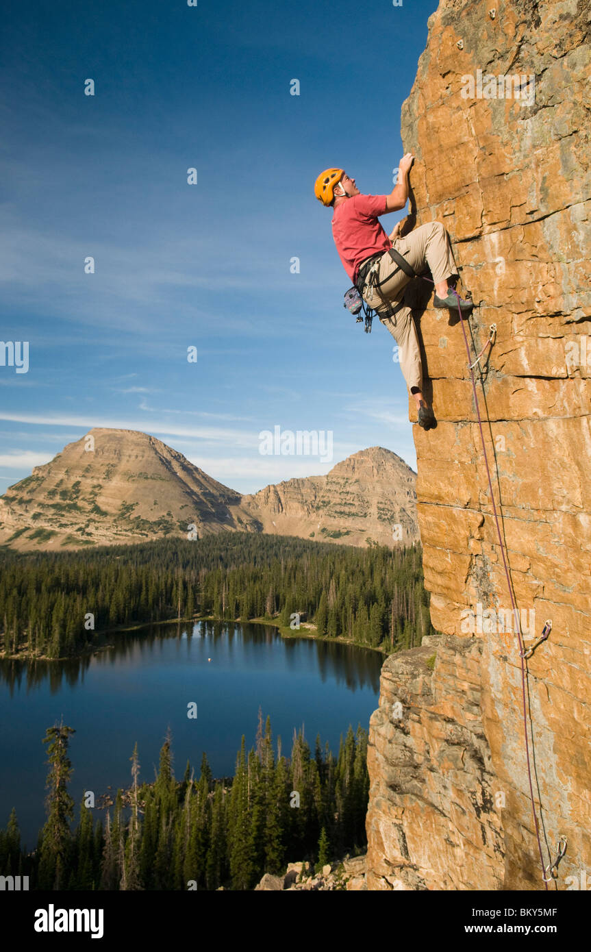A man rock climbing above Scout Lake, Uinta Mountains, Francis, Utah. - Stock Image