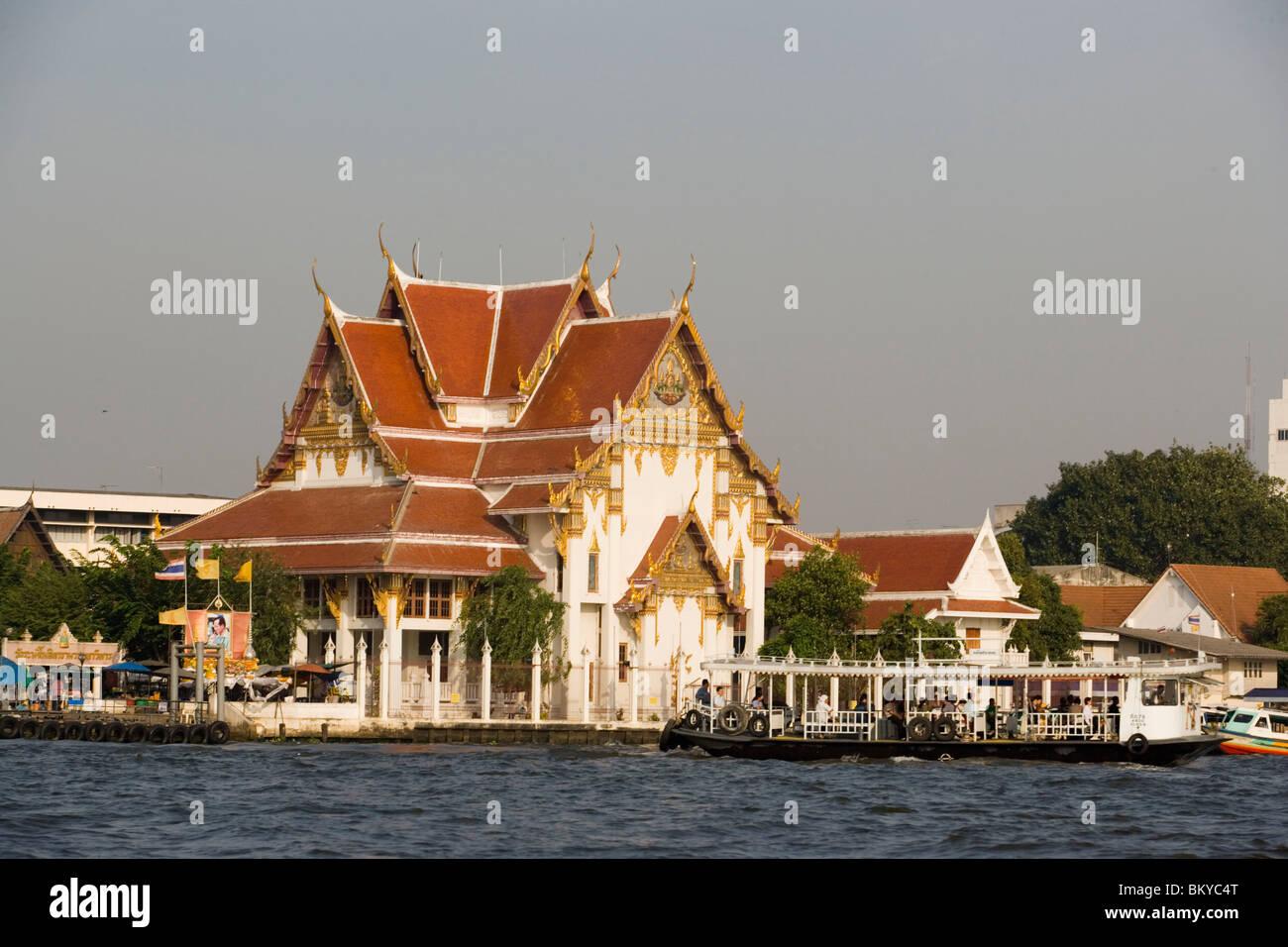 View over Chao Phraya River to Wat Rakang Kositharam, Thon Buri, Bangkok, Thailand - Stock Image