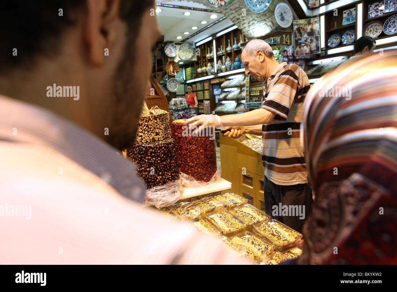 Halva sweets and turkish delight on display at the Spice Bazaar, Sultanahmet, Istanbul, Turkey. - Stock Image