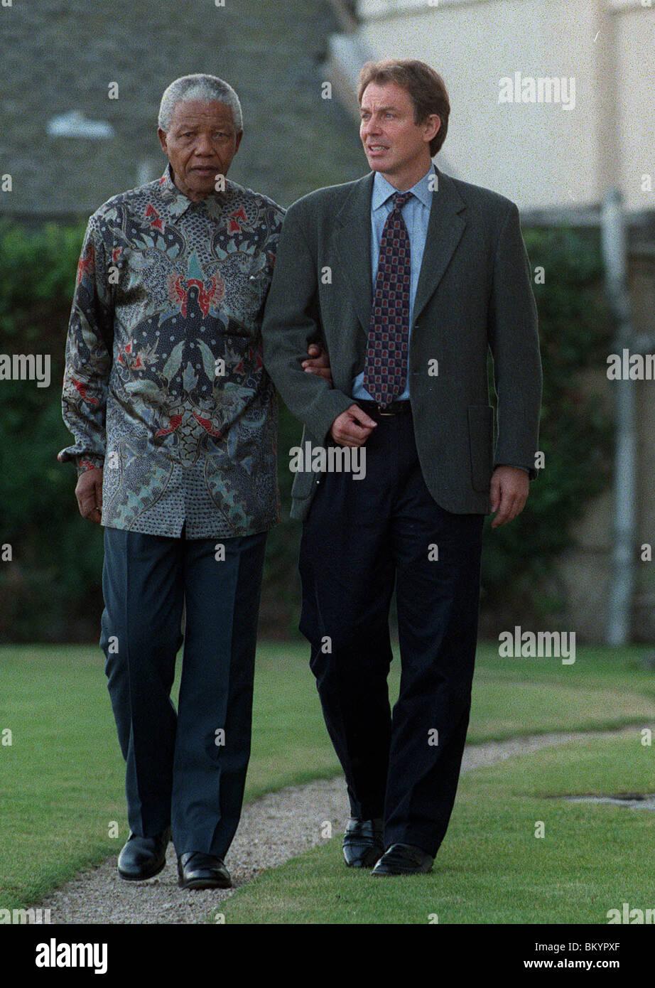 TONY BLAIR & NELSON MANDELA TAKE A STROLL ST. ANDREWS 19 December 1997 - Stock Image