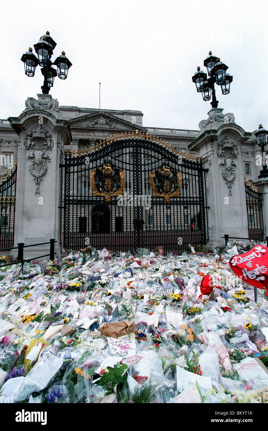 FLORAL TRIBUTES TO DIANA OUTSIDE BUCKINGHAM PALACE 14 September 1997 - Stock Image